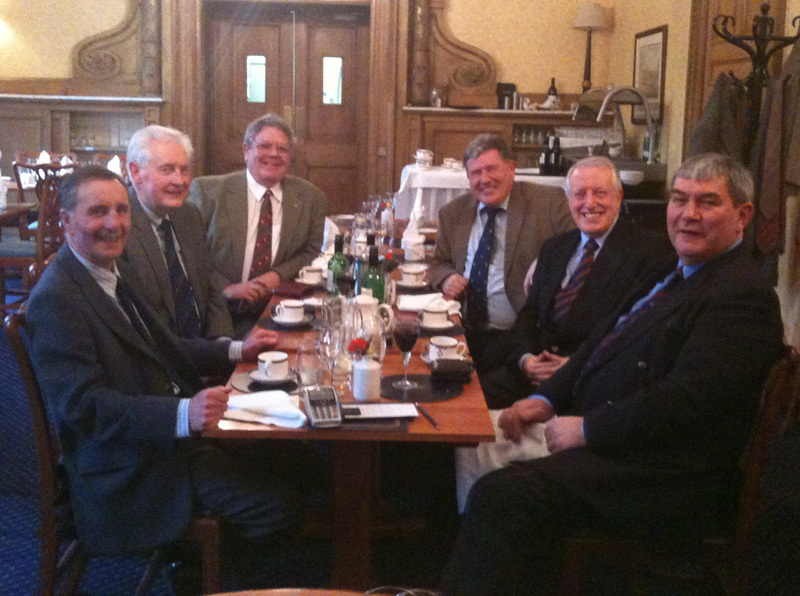 15mar11a.jpg - Roddy Zentil (53-63), Bill Parry (54-65), Chris Barlow (56-62), Lindsay Wilson (53-64), Paul Gunn (56-63), Charlie Duthie (57-63) Having lunch at the Royal Scots Club.