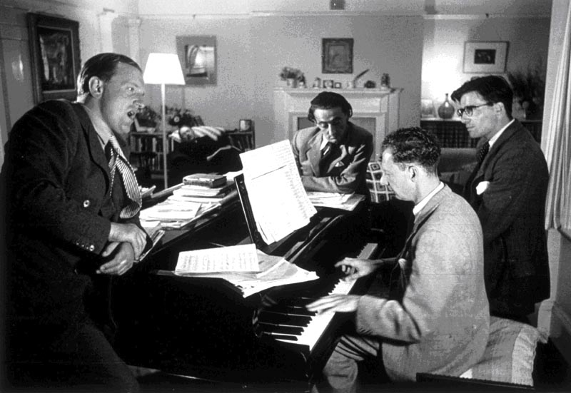 Arthur_Oldham.jpg - Photo Hulton Getty Benjamin BRITTEN, Peter PEARS, Ronald DUNCAN & Arthur OLDHAM, (1949) 1949: Peter Pears singing an aria extract from Billy Budd by Benjamin Britten, during the composition of this work. The composer is at the piano; writer Ronald Duncan is at the center, and Arthur Oldham is on the right, next to Benjamin Britten.